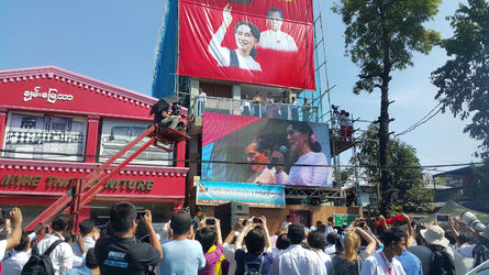 緬甸新國會今(1)日開議,由翁山蘇姬領導的全國民主聯盟(NLD)取得百位席次成為多數政黨。圖為去(104)年國會大選翁山蘇姬在仰光NLD競...