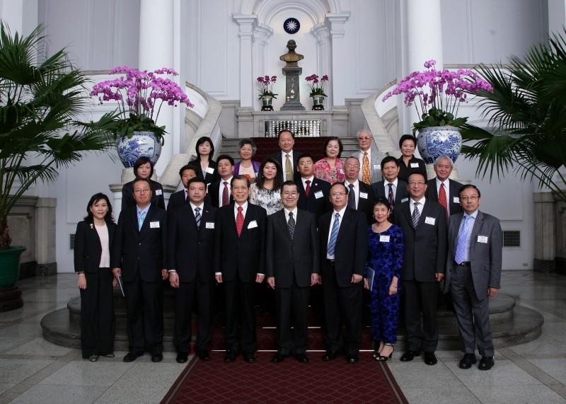世界華商組織聯盟拜會蕭副總統(前排中),前排左4為世界華商組織聯盟執行長丁楷恩,前排右4為僑委會委員長吳英毅。