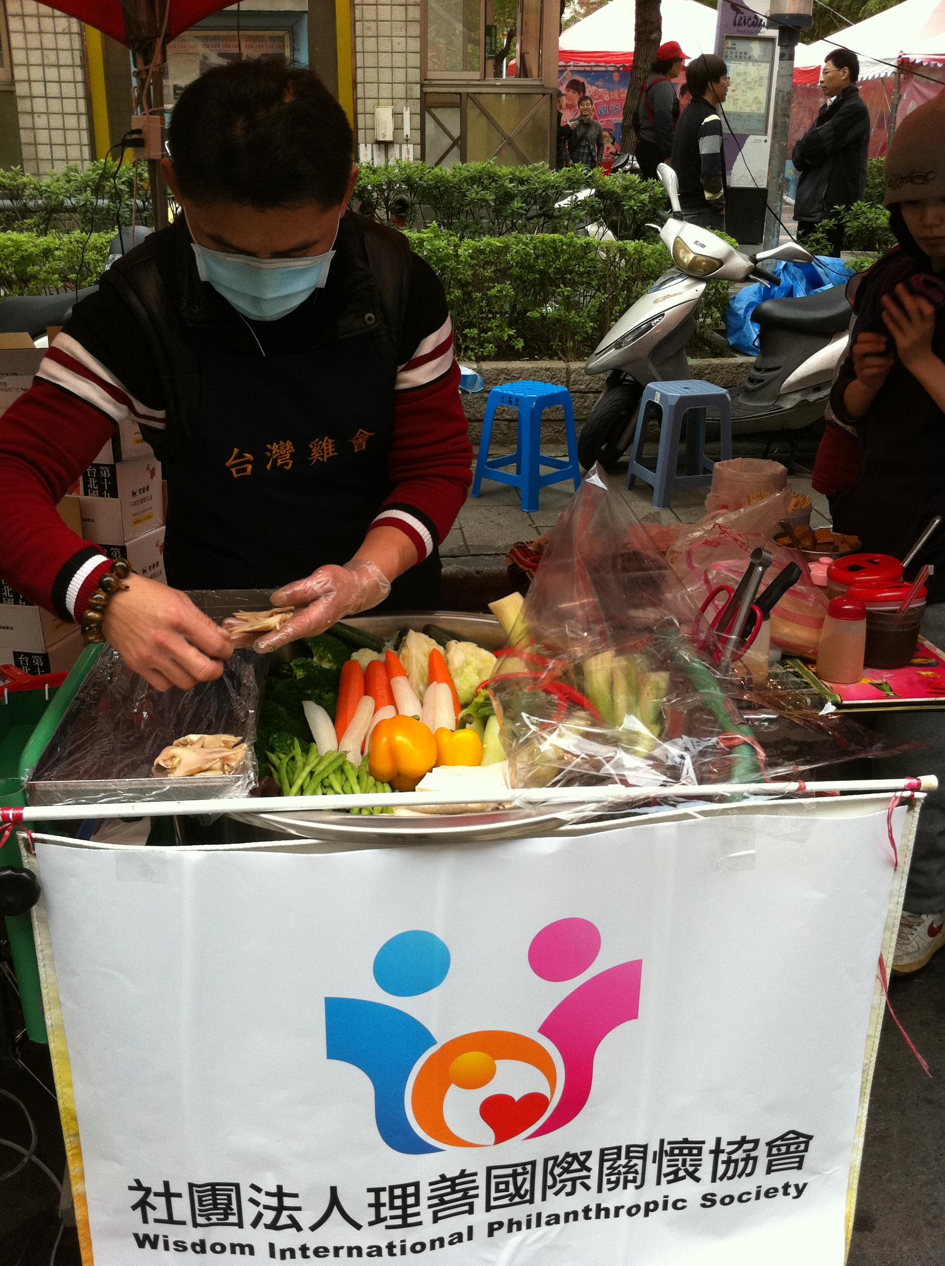 理善國際關懷協會日前與小額創業鹽水雞業者『台灣雞會』合作,共同舉辦『零元創業、幸福人生』計畫。