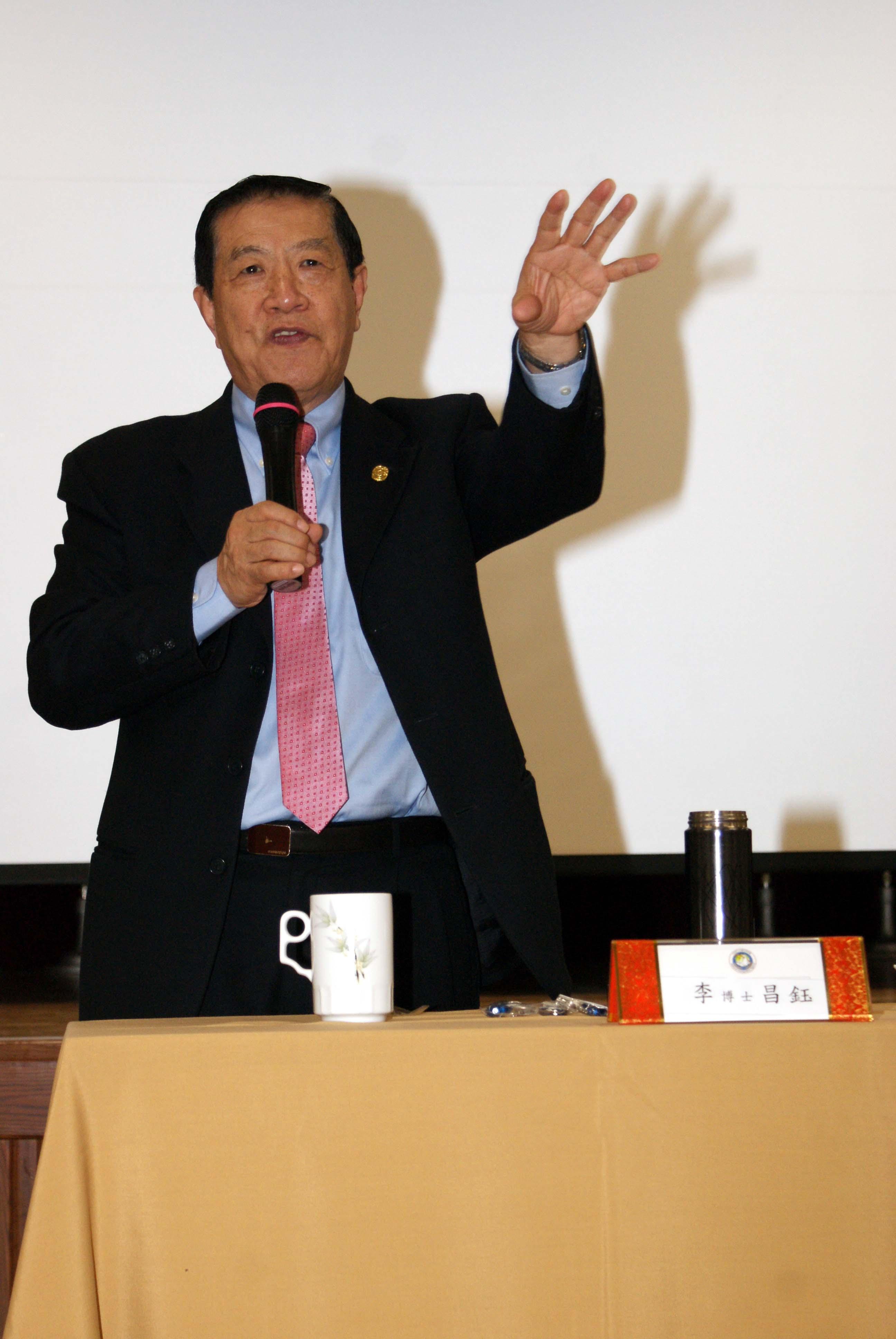李昌鈺來移民署演講,生動有趣的案例講解,令在場移民官們學習到許多辨識查證技巧。