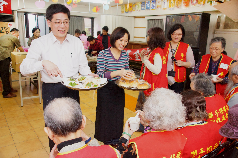 圖說:移民署長謝立功(左)與新移民一起料理廣式蘿蔔糕、廣東粥、廣式酒釀湯圓之後,並發送麥韋唐(右)的招牌紅豆麵包。