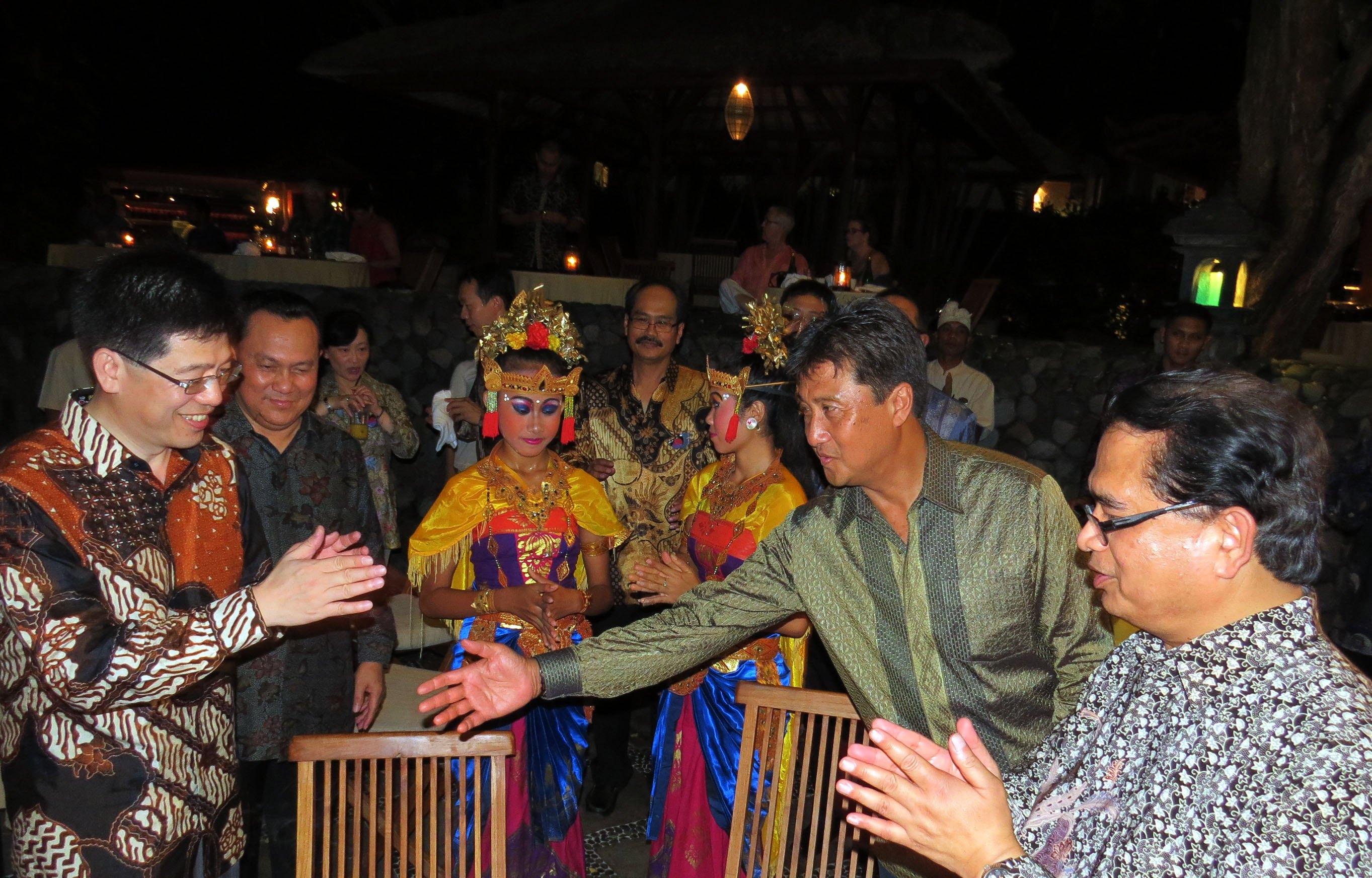 移民署長謝立功(左一)參加晚間工作會議開幕式。(右二為印尼移民總局長龐邦,左二:駐臺北印尼經濟貿易代表處簽證部主任藍銳,右一:駐臺北印尼經...