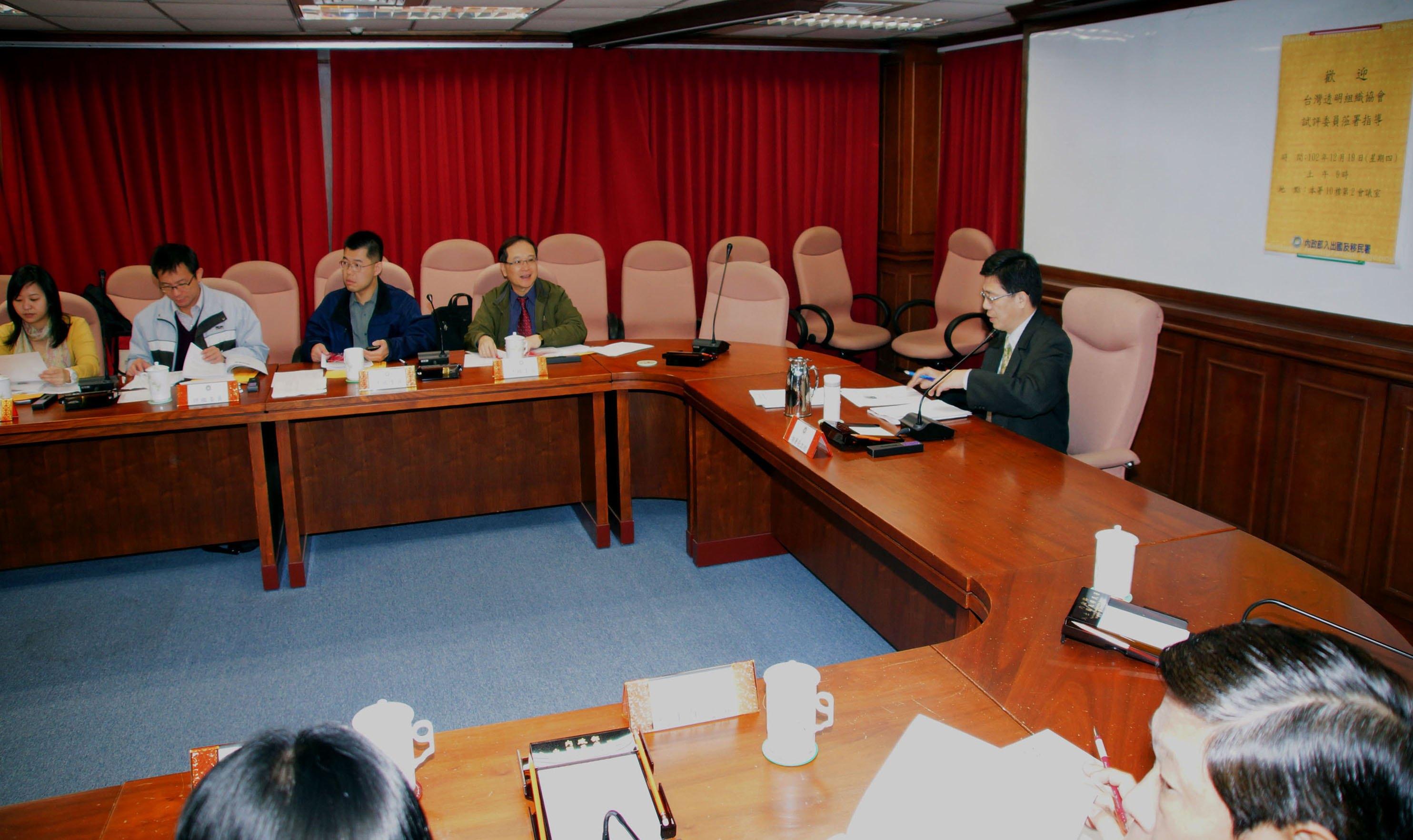 移民署長謝立功(右一)歡迎台灣透明組織執行長葉一璋(右二)一行人赴移民署進行首次中央廉政試評鑑作業。