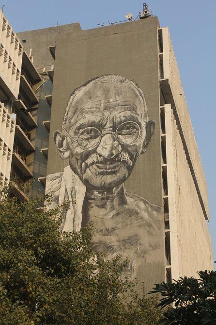 甘地身為印度人民獨立的精神領袖,曾帶領印度成功邁向獨立,脫離英國的殖民統治。