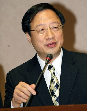 Minister of the Interior Jiang Yi-huah speaks to the media today denying a newspaper report suggesting that household registration certificates may be...