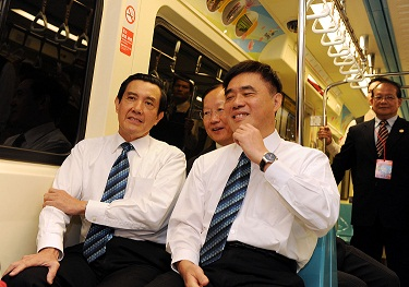 President Ma Ying-jeou, left, and Taipei Mayor Hau Lung-bin chat while on board the newly launched MRT Luzhou Line today.