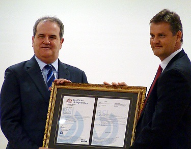 British Trade and Cultural Office (BTCO) Director David Campbell, left, receives international certification in Taipei today for BTCO's efforts to red...
