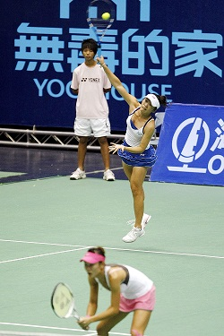 Taiwanese players Chang Kai-chen, front, and Chuang Chia-jung, center, are shown playing in pair at the Taipei Arena yesterday.
