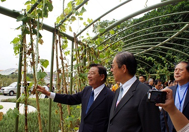 Straits Exchange Foundation (SEF) Chairman Chiang Pin-kun, left, visits the Taipei International Flora Expo in Taipei today.