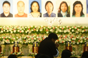 Family members of Chinese victims attend a memorial service to pay homage to their loved ones in Taipei today.