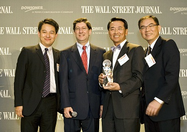 John Chen, general director of Taiwan's Industrial Technology Research Institute's (ITRI) Display Technology Center, second right, receives the trophy...