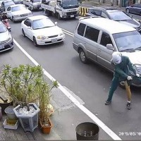 Video shows pit bull relentlessly attacking Taiwanese postman