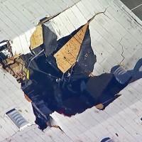 加州F-16戰機撞進倉庫墜毀 飛行員彈跳逃生