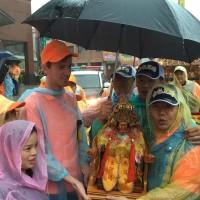 大雨澆不熄信徒熱情 「二媽」回娘家 越南新住民也來抬轎
