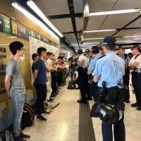 香港金鐘站 港警逼年輕人一字排開靠牆搜查