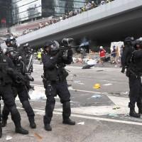 港警投150催淚彈、拘捕11人 警務處長盧偉聰竟稱港警克制