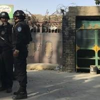 圖片顯示一所新疆的再教育中心,門口也有警方戒備(照片來源:資料照片/美聯社提供)