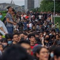 大批示威者包圍香港特首辦 高喊「不撤不退」