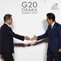 日韓關係惡劣 G20文在寅與安倍晉三 握手8秒以外就沒了