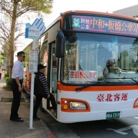 Bus riders in Taipei, New Taipei must swipe twice starting today