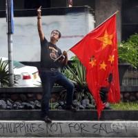 不滿領海遭入侵 菲律賓記者中國領事館前燒五星旗