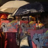長榮空服應援夜 家屬、民眾、律師等百人冒雨相挺