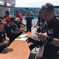 跨越黑潮的獨木舟   移民官台東沙灘上執行出境查驗