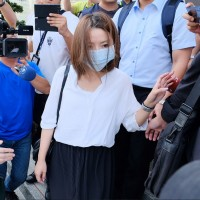 郭芷嫣13日戴口罩現身警局製作筆錄。中央社