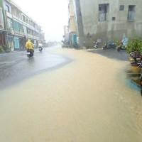 屏東離島小琉球雨量冠全台 宣洩不及馬路積水