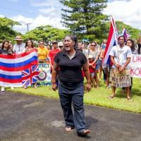 夏威夷族文化領導人 Hinaleimoana Wong-Kalu(粵語名為黃貴光)呼喊抗議口號(圖/AP)