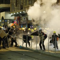 【影】港警驅散上環抗議民眾 竟未警示即從天橋上開槍