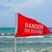 Lifeguard whacks foreigner with metal rod for flipping him off on S. Taiwan beach
