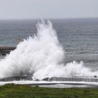 宜蘭烏石港防波堤外掀起大浪
