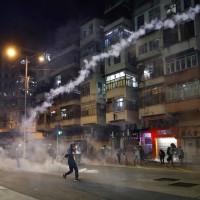 13枚催淚彈射入社區中心 社工交還彈殼反遭港警警告違法