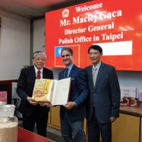 Poland's top envoy to Taiwan shows off Nashi writing skills to I-Mei CEO