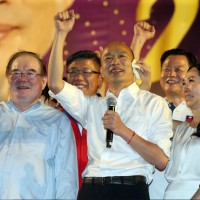 韓國瑜改穿白襯衫出席新北造勢大會 提4大理念向黑韓產業宣戰