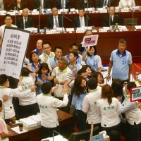 Fight erupts after DPP councilors try to hand Kaohsiung mayor huge 'resignation letter'