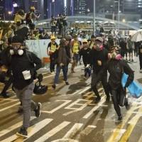【更新】香港網友響應「929反極權遊行」 警方以催淚彈驅散