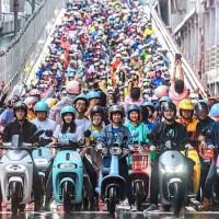 台北橋再現電動機車瀑布 1572輛改寫金氏世界紀錄