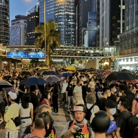 禁蒙面法5日生效 全港18區示威不斷 14歲少年遭警開槍擊中