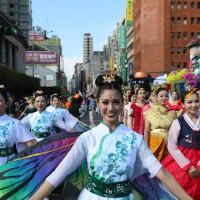 國慶花車遊行 「臺灣小姐」張宇臻舞出新住民之美