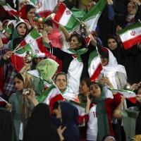 革命後首次 伊朗女性終獲准入球場看足球