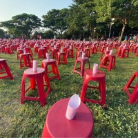 Empty red chairs. (PTT photo)