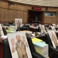 韓國瑜缺席高雄市議會總質詢 民進黨擺25人形立牌抗議
