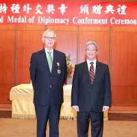 Former AIT chairman receives diplomatic medal from Taiwan