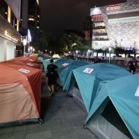 台灣「居住正義聯盟」夜宿台北東區 遭「豪宅先生」嗆聲