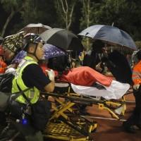 醫護人員12日將香港中文大學受傷學生緊急送醫 (美聯社)