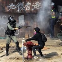 連醫護人員都被捕 警方包圍香港理大千名示威者遭困