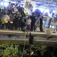 部分示威者攀繩索逃離,他們不怕被逮捕,只怕被警察打死 (美聯社)