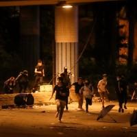 19日晚多人企圖衝出理工大學遭警方追捕(中央社)